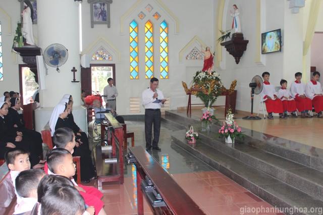 Vị đại diện Hội đồng giáo xứ có lời cảm ơn cha Đặc trách và cộng đoàn