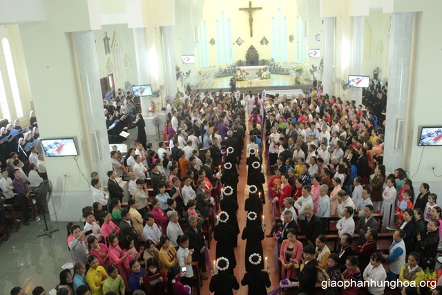 Đoàn rước tiến vào Nhà thờ Chính tòa Sơn Lộc