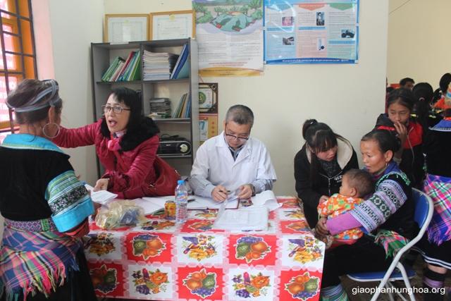 PGS.TS. Nguyễn Hữu Ước và TS. Nguyễn Thị Hoa trực tiếp thăm khám cho bệnh nhân
