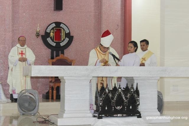 Đức cha Gioan Maria Vũ Tất xức dầu bàn thờ