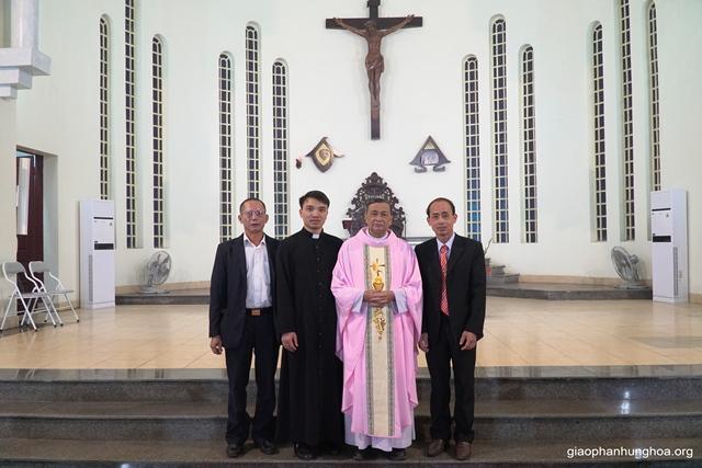 BHG họ Sơn Lộc chụp hình lưu niệm với cha xứ và thầy xứ