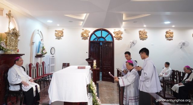Đức cha Phêrô Nguyễn Văn Viên tuyên xưng đức tin và tuyên thệ trung thành với giáo huấn của Giáo hội