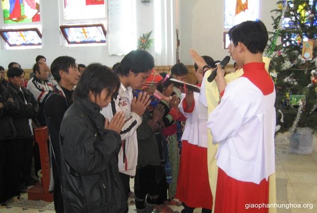 Cậu bé Giuse Tỉnh A Sềnh lãnh nhận Bí tích Thêm Sức năm 2009